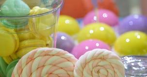 在白色欢乐桌上的五颜六色的蛋糕切片 股票视频