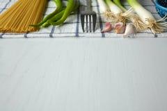 在白色毛巾的面团成份:辣椒粉,葱,大蒜 免版税图库摄影