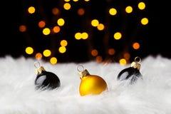 在白色毛皮的多彩多姿的圣诞节球上色了光 库存图片