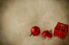 在白色毛皮-葡萄酒的圣诞节装饰 库存照片