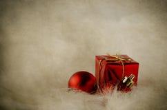 在白色毛皮-葡萄酒的红色圣诞节装饰品 免版税库存图片