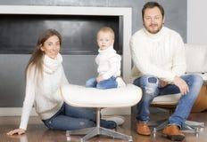 在白色毛线衣的家庭画象 免版税库存图片