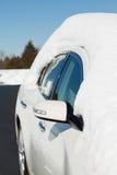 在白色汽车顶部的深雪在驱动 免版税库存图片