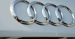 在白色汽车柴油放射丑闻媒介的奥迪商标 股票视频