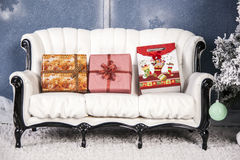 在白色沙发礼物谎言 库存图片