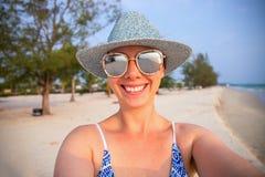 在白色沙子海滩的少妇selfie 图象内存空间夏天您文本的假期 社会媒介横幅模板 免版税库存图片