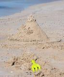 在白色沙子海滩的创造性的沙子城堡在Busselton 库存照片