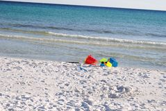 在白色沙子海滩的海滩玩具 免版税库存图片