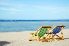 在白色沙子海滩的海滩睡椅与透明的海 库存图片