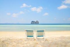 在白色沙子海滩的海滩睡椅与透明的海 库存照片