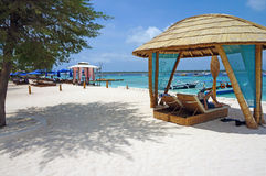在白色沙子海滩的躺椅 库存图片