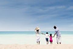 在白色沙子海滩,澳大利亚的愉快的家庭 免版税图库摄影