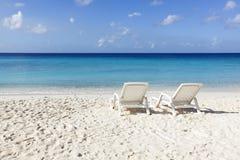 在白色沙子热带海滩的Sunbeds 库存照片