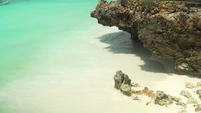 在白色沙子珊瑚岩石的海泡沫似的波浪辗压 股票视频