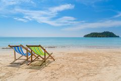 在白色沙子的两张海滩睡椅与蓝天和夏天海 库存图片