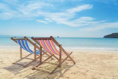 在白色沙子的两张海滩睡椅与蓝天和夏天海 库存照片