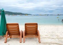 在白色沙子的两张海滩睡椅 免版税库存图片