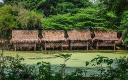 在白色沙子的尼巴椰子竹小屋靠岸与棕榈树 免版税库存照片