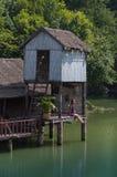 在白色沙子的尼巴椰子竹小屋靠岸与棕榈树 图库摄影