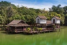 在白色沙子的尼巴椰子竹小屋靠岸与棕榈树 免版税图库摄影