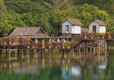 在白色沙子的尼巴椰子竹小屋靠岸与棕榈树 免版税库存图片