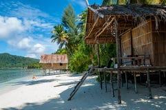 在白色沙子的尼巴椰子竹小屋靠岸与棕榈 库存图片