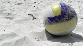 在白色沙子的排球海滩 免版税库存照片