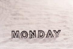 在白色沙子的星期一词 免版税库存图片