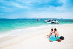 在白色沙子的欧洲夫妇使酸值Kai海岛,普吉岛靠岸,泰国 免版税库存图片