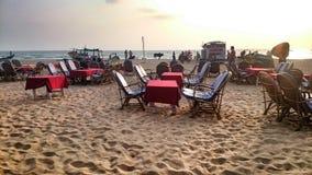 在白色沙子的海滩日落 免版税库存照片