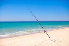 在白色沙子的钓鱼竿在热带海滩, 库存照片