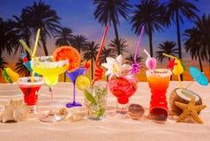 在白色沙子mojito的热带鸡尾酒在日落棕榈树 免版税库存照片