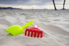 在白色沙滩的沙子玩具 免版税图库摄影