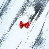 在白色油漆背景的红色丝带 库存照片