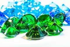 在白色法绒的绿色金刚石宝石 库存图片