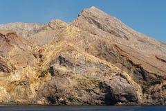 在白色海岛上的岩石断层块 库存照片