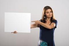 在白色海报的妇女展示 图库摄影
