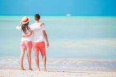 在白色海滩的年轻夫妇 愉快的家庭蜜月假期 库存照片