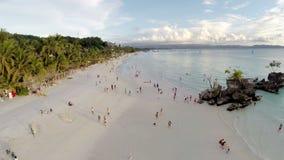 在白色海滩和威廉的岩石上的空中飞行在博拉凯靠岸 影视素材