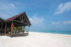 在白色海滩的一间客舱 免版税库存照片