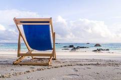 在白色海滩的轻便折叠躺椅在Ko Lipe,泰国 免版税库存照片