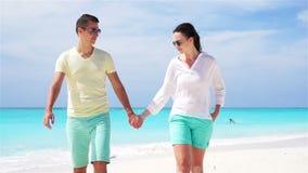 在白色海滩的年轻夫妇在暑假时 愉快的家庭享受他们的蜜月 慢动作录影