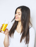 在白色演播室隔绝的可爱的白种人微笑的妇女画象射击了饮用的橙汁面孔皮肤 相当纵向 图库摄影