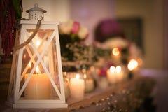 在白色灯笼的圣诞节蜡烛 免版税库存图片