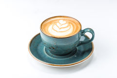 在白色热奶咖啡咖啡隔绝的杯 库存图片