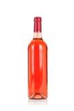 在白色玫瑰酒红色查出的瓶 免版税库存图片