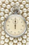 在白色珍珠的秒表 库存图片