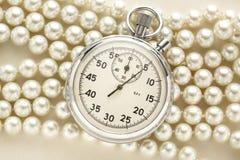 在白色珍珠的秒表 免版税库存照片
