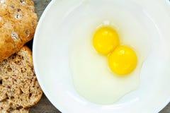 在白色瓷碗的鹌鹑蛋卵黄质。户内特写镜头。 免版税库存图片