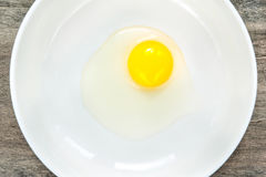 在白色瓷碗的鹌鹑蛋黄色卵黄质 特写镜头 免版税库存图片